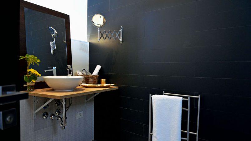 Waschbecken mit Spiegel Duschbad Villa Adeje auf Teneriffa