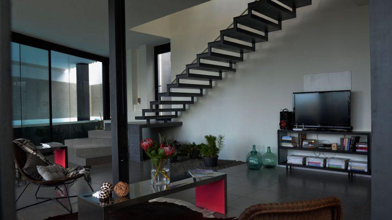 Wohnzimmer mit Treppenaufgang Villa Adeje auf Teneriffa