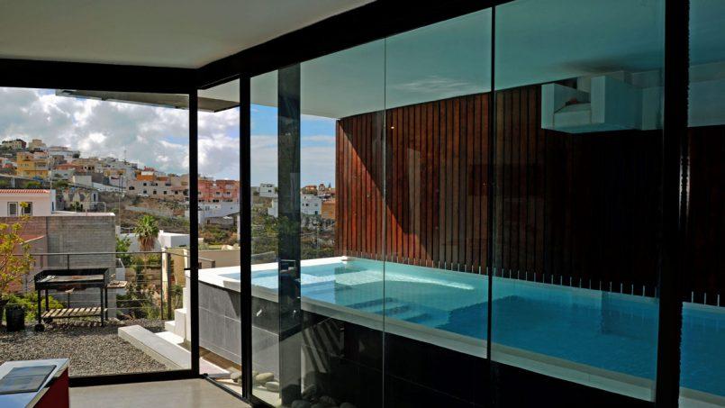 Blick vom Wohnzimmer auf den Pool Villa Adeje auf Teneriffa