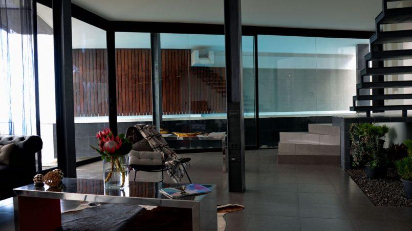 Wohnzimmer mit Blick auf den überdachten Pool Villa Adeje auf Teneriffa